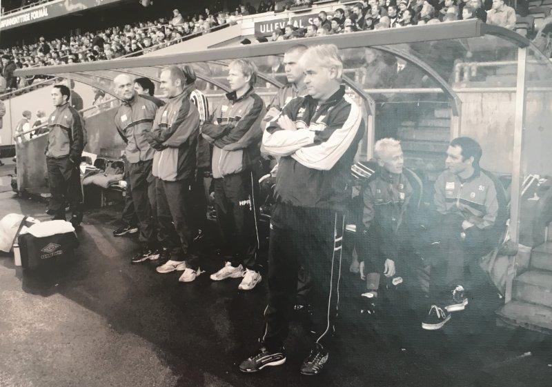 Bilde av benken fra Cupfinalen i 2001 mot Viking.
