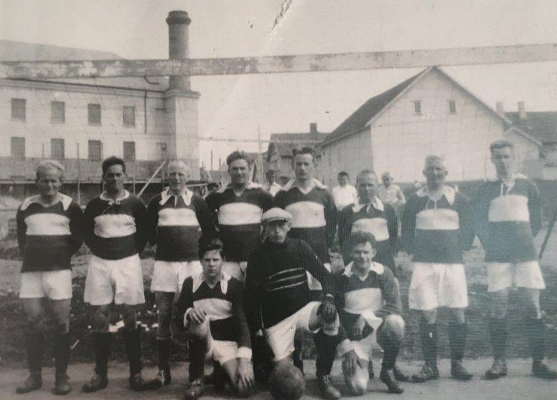 Dette er det eldste bildet vi har, og det er fra 1928. Bildet er tatt på banen ved Bryne Mølle, som var den første virkelige banen laget hadde. Bak f.v; Ivar Hauge, Olav Tjøtta, Leonard L. Lura, Bjarne Thu, Charles Obrestad, Karl Hauge, Martin Watne, Sven Skjæveland. Framme f.v; Olav Schibevåg, Hans B. Tjøtta, Karl Arrestad.
